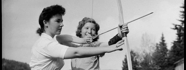 Une monitrice enseigne le tir à l'arc à une campeuse de la colonie de vacances «Wooden Acres», 1942, Conrad Poirier, BAnQ, P48,S1,P7443