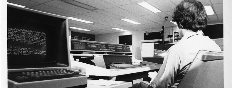 Opérateur à la salle du Service de l'informatique de l'UQAM, 197-, Archives UQAM, Fonds d'archives du Service des communications, 45U-870:F3:01/2