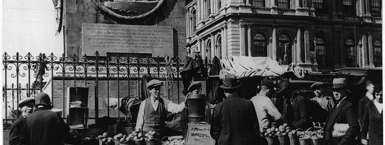 Vendeur de pommes au pied du monument Nelson, place Jacques-Cartier, Montréal, 1928-1930 Canada Wide Feature Service Ltd., MP-1984.105.24, Musée McCord