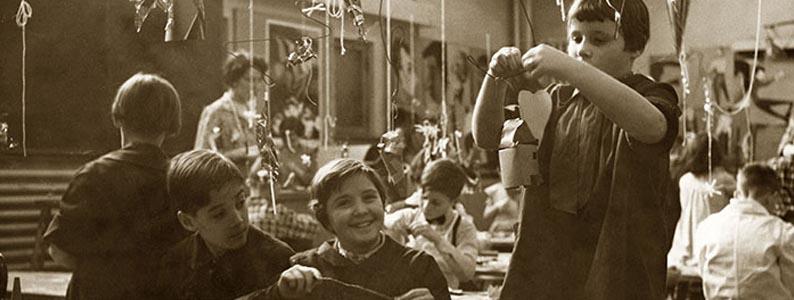 Élèves de la professeure Suzanne Rivard lors d'un atelier de mobiles des cours du samedi de l'École des beaux-arts de Montréal, 1955-56, Archives de l'UQAM, Fonds d'archives Irène Sénécal, 10P-610:01:F3/149