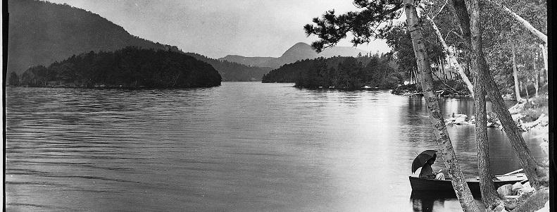 Vue des îles et du mont Éléphant depuis la baie, lac Memphrémagog, vers 1887, Wm Notman & Son, Musée McCord, VIEW-1968