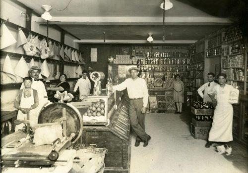 Intérieur de l'épicerie de M. Lembo sur la rue Dante à Montréal, 1910, Bibliothèque et Archives nationales du Québec Vieux-Montréal, Collection Félix Barrière, P748,S1,P2697