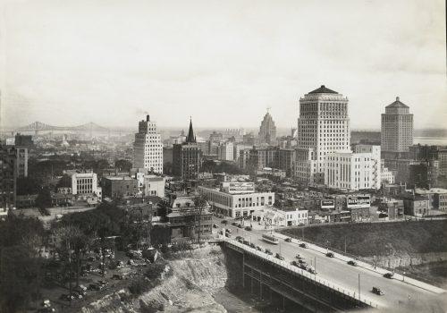 Vue en direction sud-est vers l'édifice de Bell Téléphone, avec le pont Jacques-Cartier au loin, Montréal, vers 1935, Harry Sutcliffe, Musée McCord, M2011.64.2.3.41