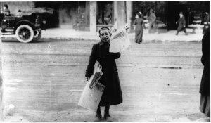 Crieur de journaux dans la rue, vers 1905, Anonyme, 20e siècle, Musée McCord, MP-0000.586.112
